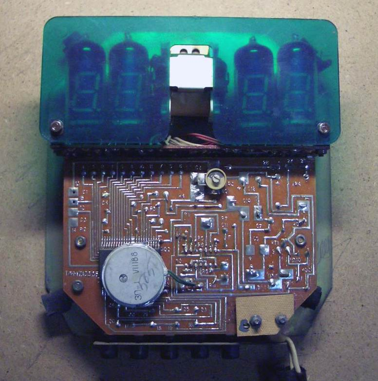 ...электронные часы (промышленного изготовления!) на основе микросхемы КР145ИК1901, вмонтированные в глиняную...